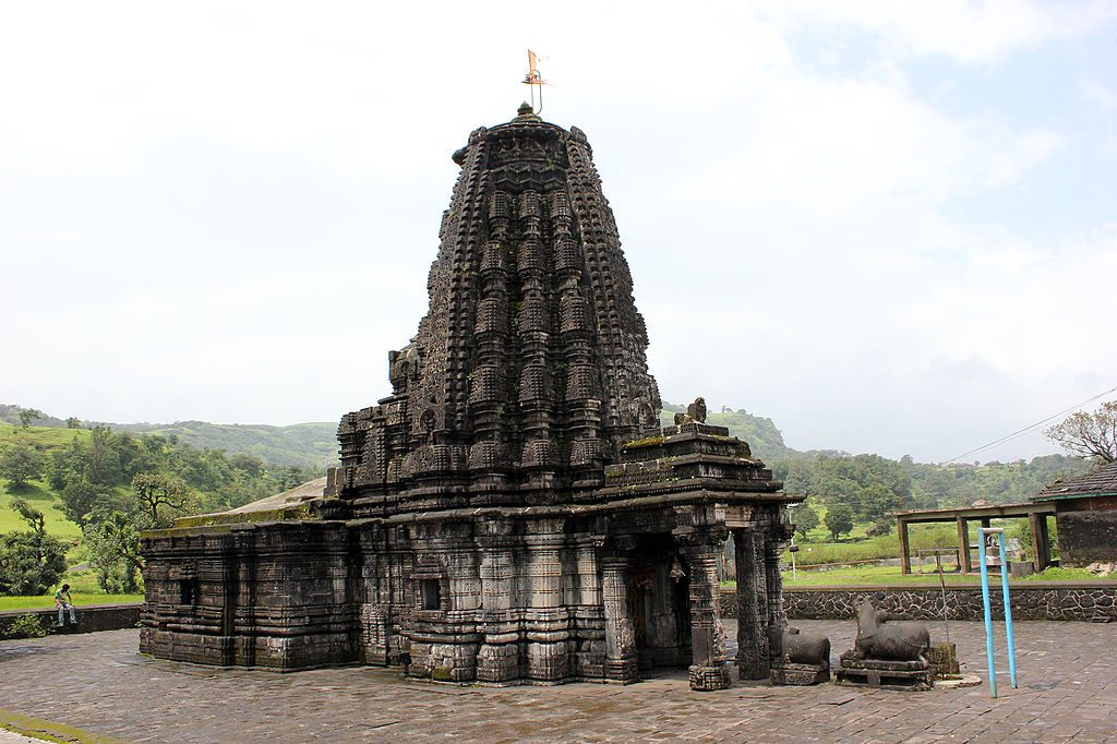 https://upload.wikimedia.org/wikipedia/commons/thumb/4/46/Amriteshwar_temple.jpg/1024px-Amriteshwar_temple.jpg